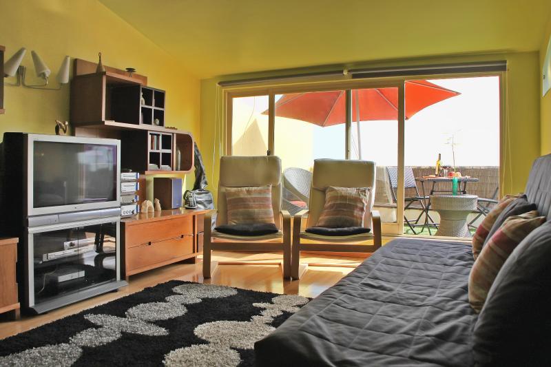 Salon lumineux et chaleureux avec larges portes vitrées