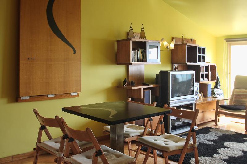Définition de la table contre le mur crée plus d'espace tout en offrant une table plus petite