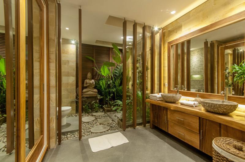 Grote tuin badkamers met natuurlijk licht en venterlation