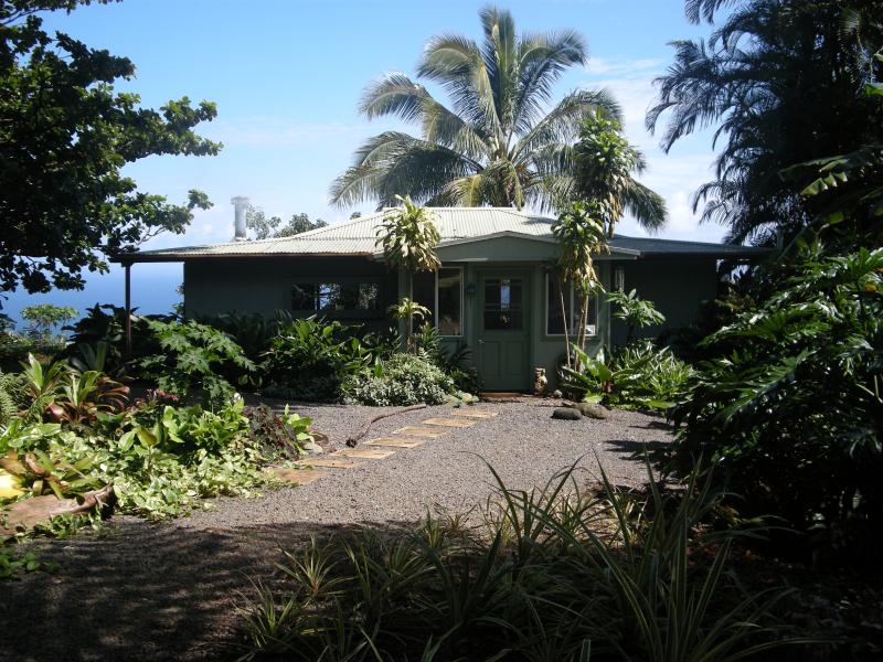 Tropical Paradise Ocean View Cottage Solar Powered, Ferienwohnung in Kipahulu
