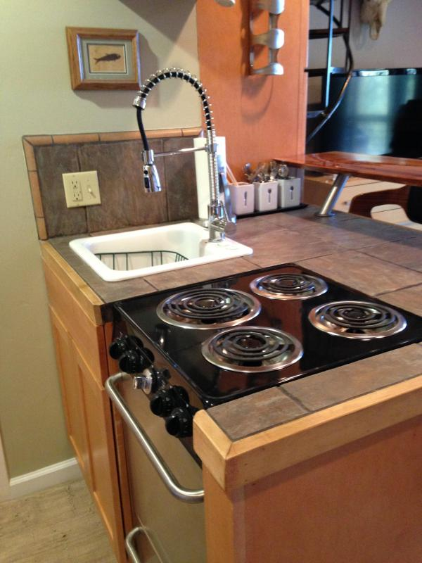 Functional kitchen with 4 burner range oven and pulldown faucet