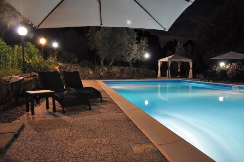 Sel piscine d'eau la nuit