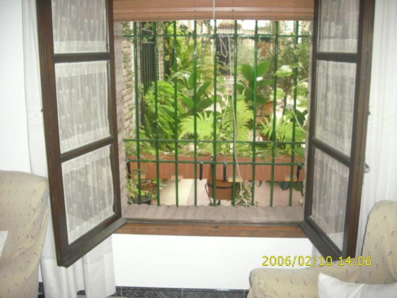 ventana del salón al patio