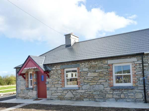 AGGIE'S COTTAGE, solid fuel stove, all ground floor cottage, great touring base, vacation rental in Ballycastle
