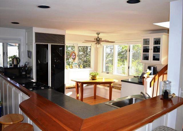 Open & Sunny eat-in Kitchen