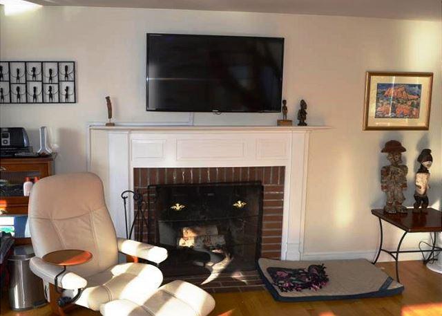 Living room with 45 inch Flatscreen TV
