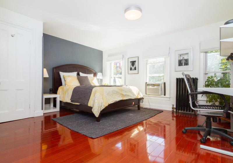 Modern 2 Bedroom Private Apt - Sleeps 5, vacation rental in Brooklyn