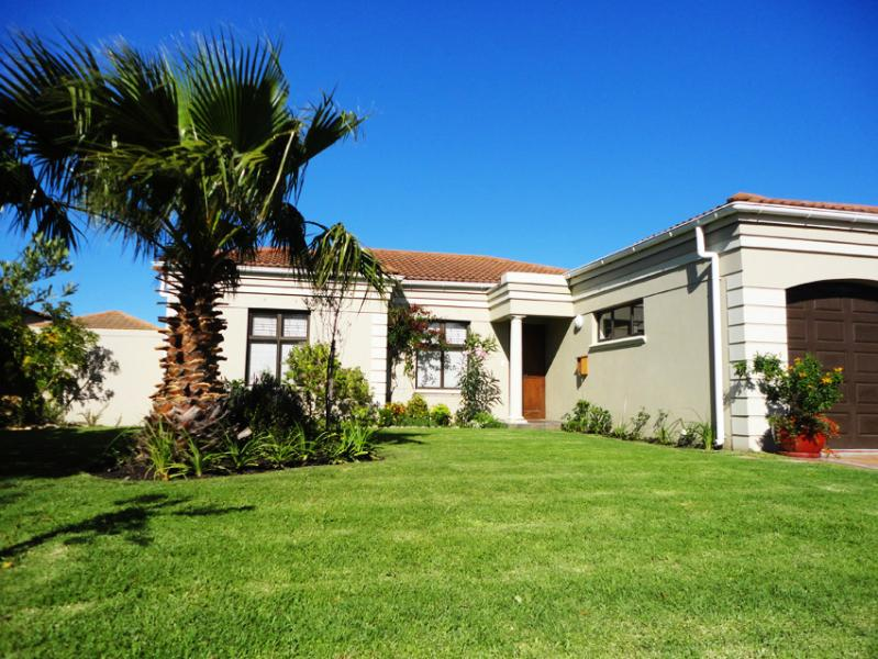 Villa with pool near sea, vineyards & golf courses, holiday rental in Somerset West