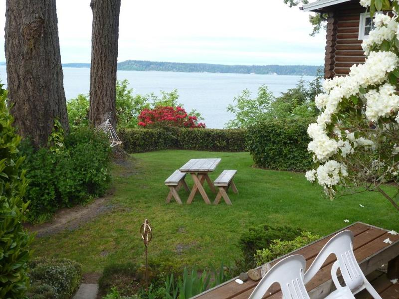 Classic Puget Sound at your doorstep---deck hammock, campfire area, kayaks, rain forest state park