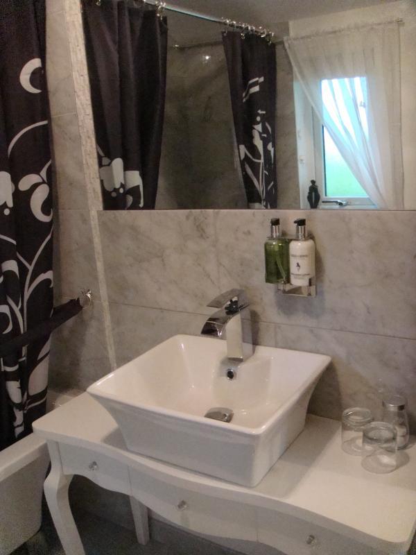 Badezimmer Waschbecken und Waschtisch mit einem Hauch von glam