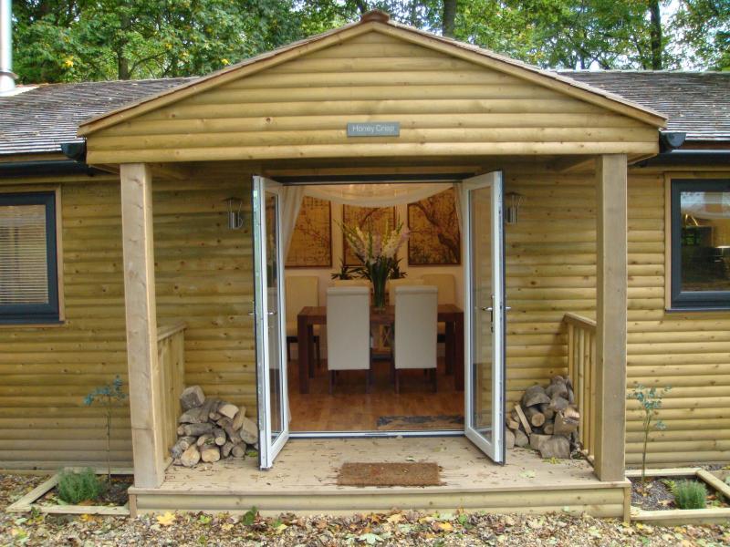 Doppel Glas Tür Eingang der Honig knusper Kabine in das Leder Sitz Essecke