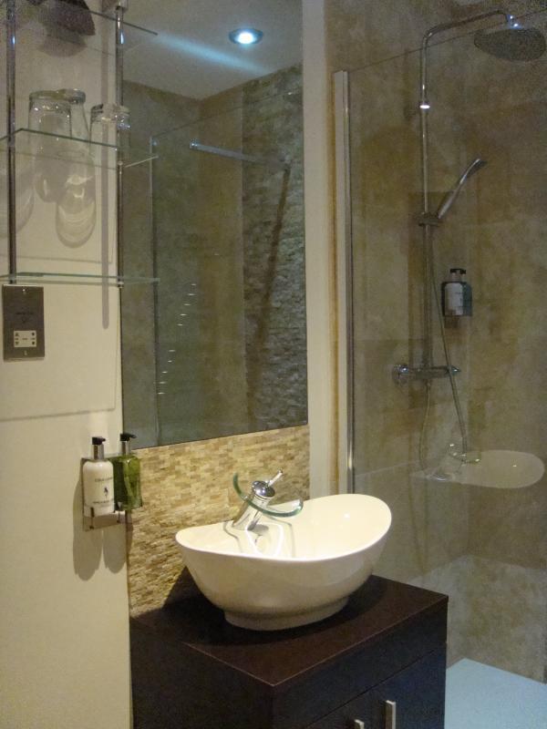 Bad mit begehbarer Dusche und Handtücher aus ägyptischer Baumwolle