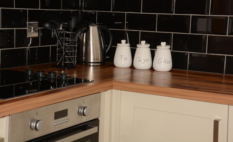 Einbauküche mit Geschirrspüler, Waschmaschine, Kühlschrank mit Gefrierfach und sogar einen Champagner Eimer!