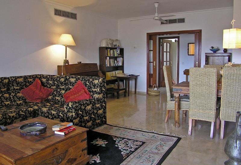 Sala de estar com piano, livros, dvd etc.