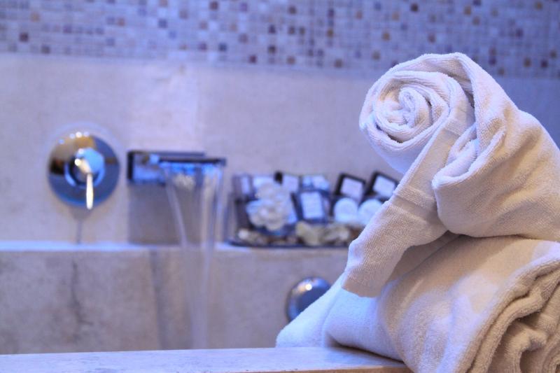 Pierre salle de bain avec bain et chromothérapie