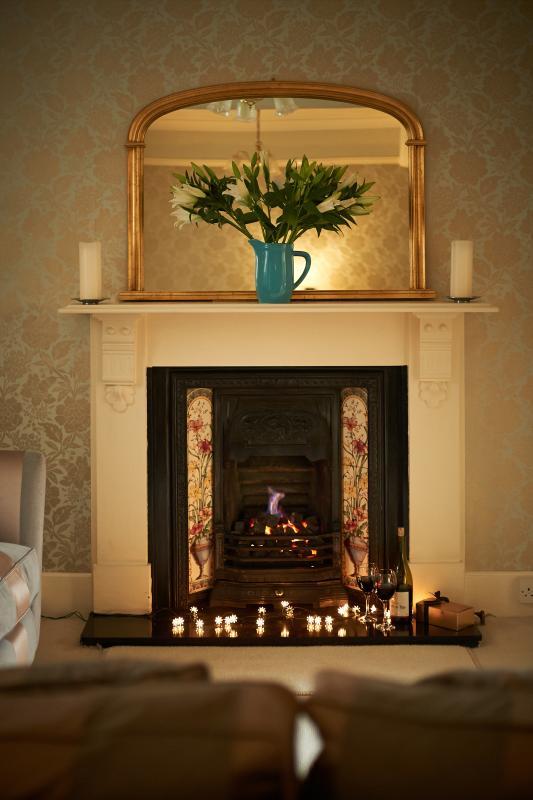 Rilassarsi accanto al fuoco nell'aderente