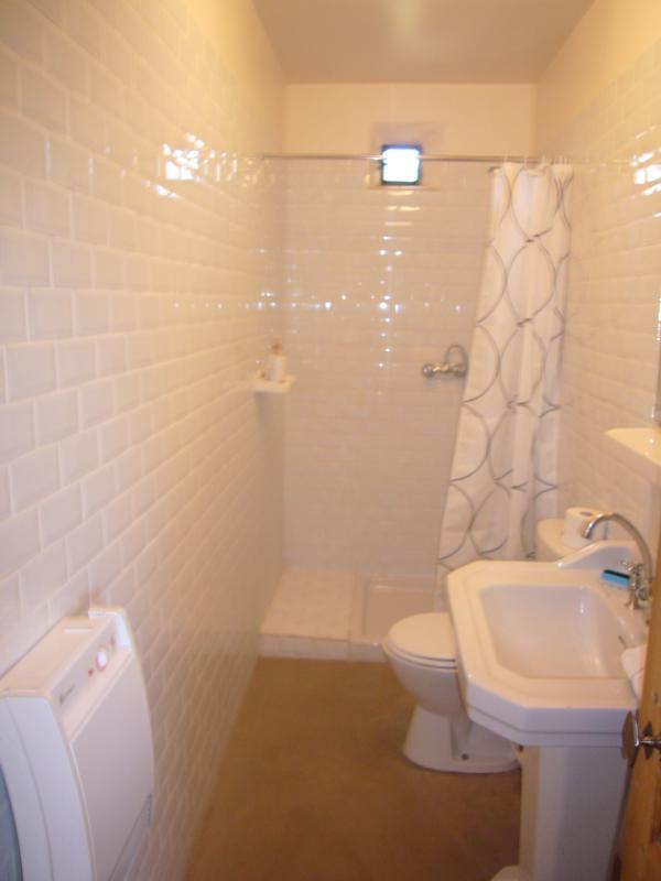 La salle de douche à l'étage