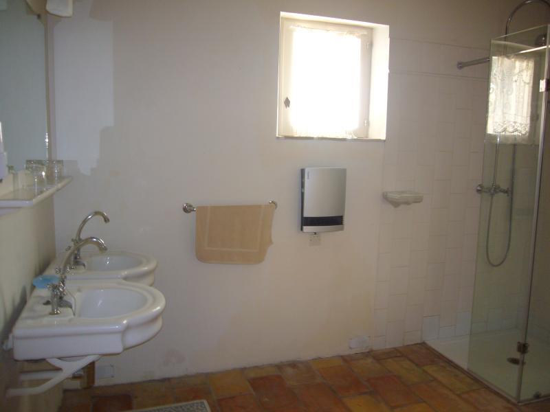 La salle de douche au rez de chaussée