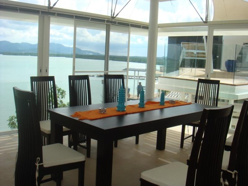 Sala da pranzo con vista sulla baia