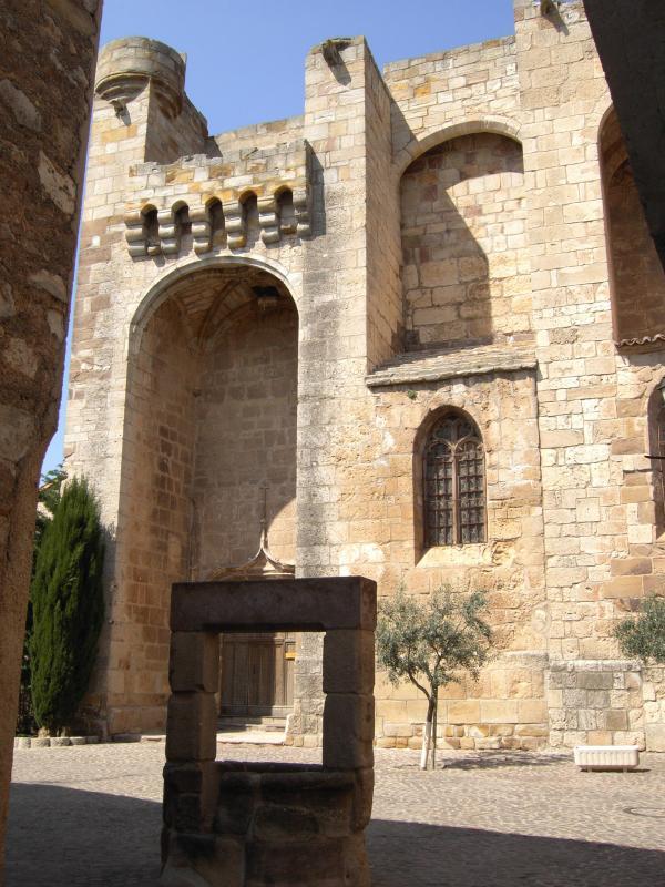 detrás de la histórica Plaza de la iglesia
