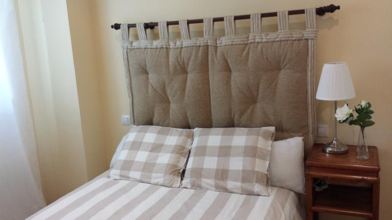 Dormitorio principal muy tranquilo y soleado, con televisión
