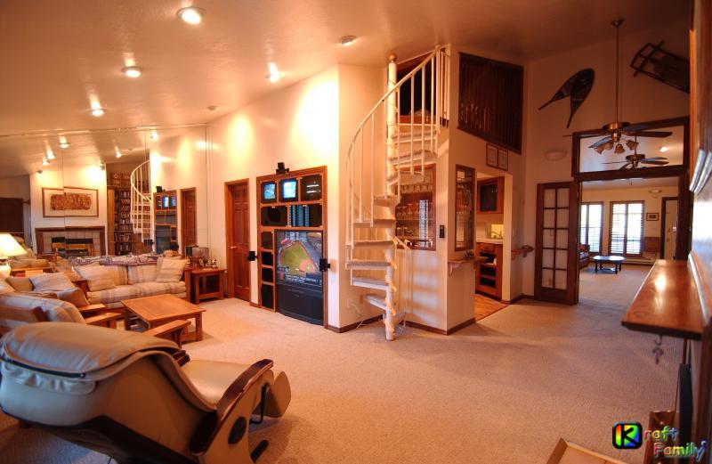 Living comedor, con centro de entretenimiento, silla de masaje. (escaleras Loft opcional)