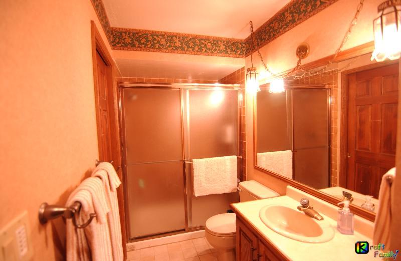 Baño completo (#2) con ducha, inodoro y lavabo/tocador.  Acceder a través de dormitorio #2