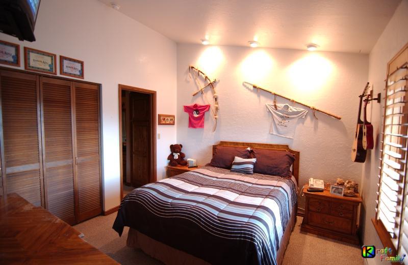 Dormitorio #2, cama de matrimonio, armario & dos noches soportes, TV & cuarto de baño adjunto