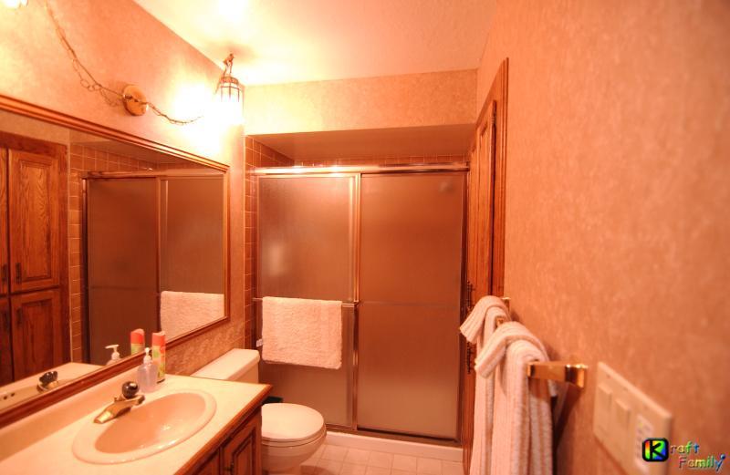 Baño de visita completo #4 situado al lado de sala de estar w / ducha, lavabo/tocador & inodoro