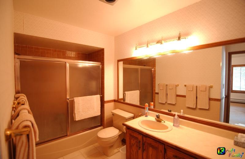 Baño completo #3 conectado a #3, dormitorio con bañera/ducha, inodoro y lavabo/tocador