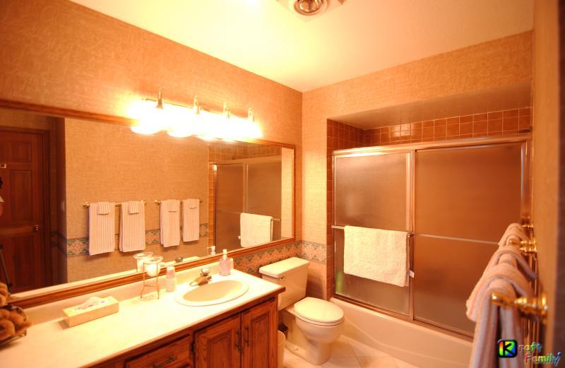 Baño completo #1 a #1, dormitorio con bañera/ducha, inodoro y lavabo/tocador