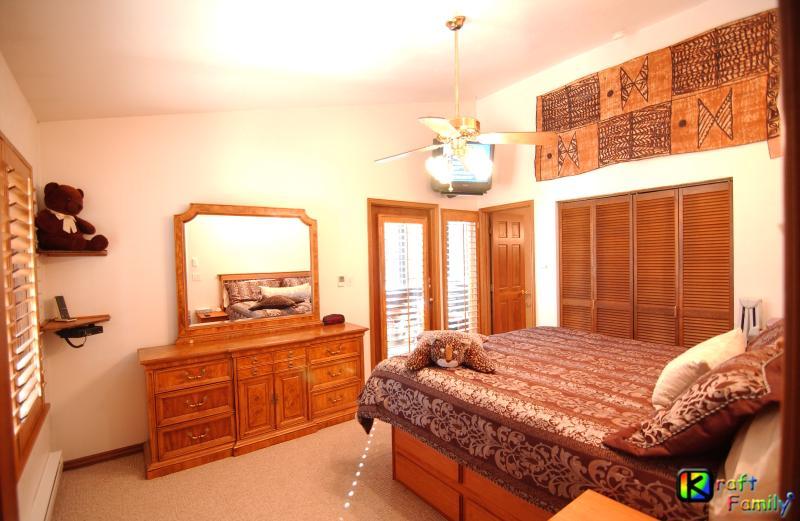 1 dormitorio, cama King, TV, armario, dressor, soportes de la noche y baño
