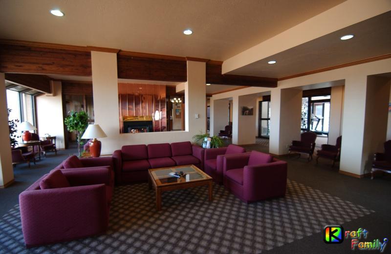 Salón de área común con chimenea, TV de pantalla grande (junto a la piscina y centro de negocios)
