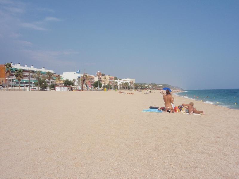 Canet de Mar: Strand/Beach: Veel ruimte, ook in de zomer/Even in summer lots of space