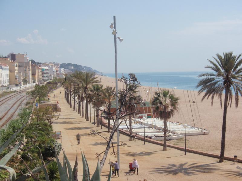 Canet de Mar: Gezicht op strand & promenade/ View of beach & promenade; richting/dir. Arenys de Mar