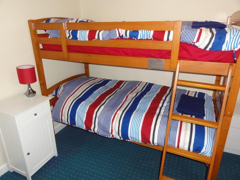 Deuxième chambre à coucher - lits superposés - toute la literie fournie