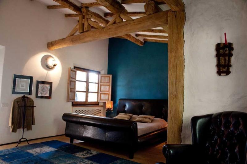 Master slaapkamer met badkamer en toegang tot de tuin