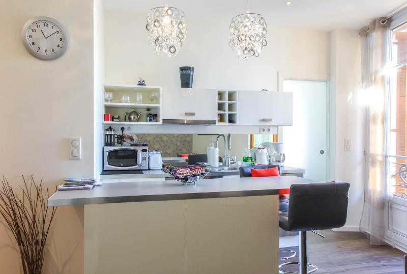 Sunny open plan lounge / kitchen