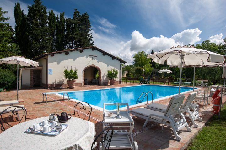 Casa Tulipano, private villa with terrace, garden, shared pool, 3 bedrooms, wifi, Ferienwohnung in Colle di Val d'Elsa