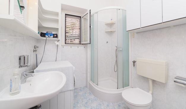 Baño con ducha y una bañera