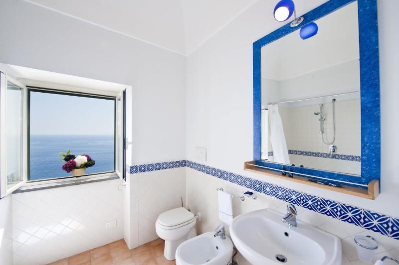 cuarto de baño con bañera y vista panorámica