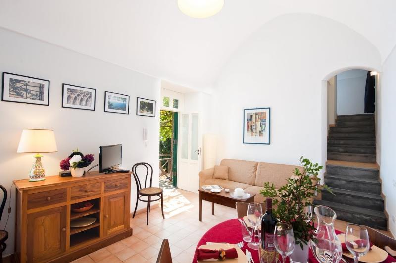 gran salón-comedor con cocina y acceso al jardín y terraza con vistas al mar