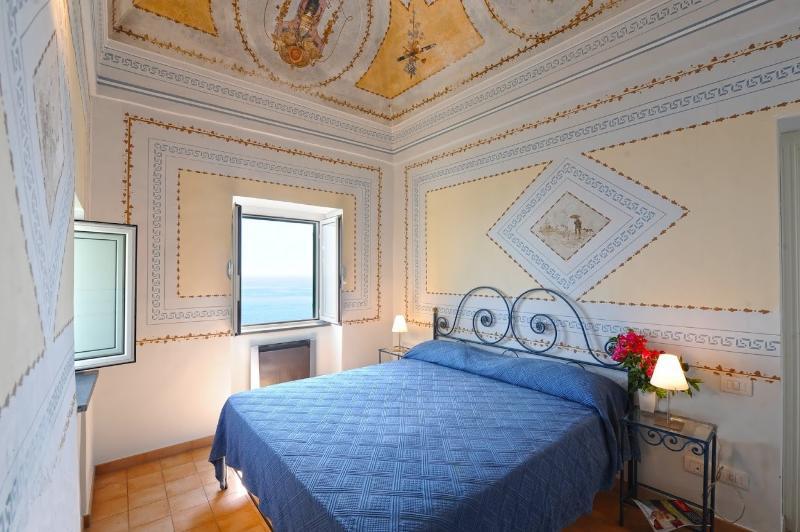 habitación con pinturas en las paredes con vistas al mar