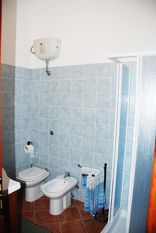 bagno con doccia al primo piano con grande lucernaio