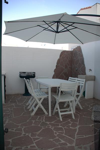 cortile esterno di giorno - barbecue e doccia esterna