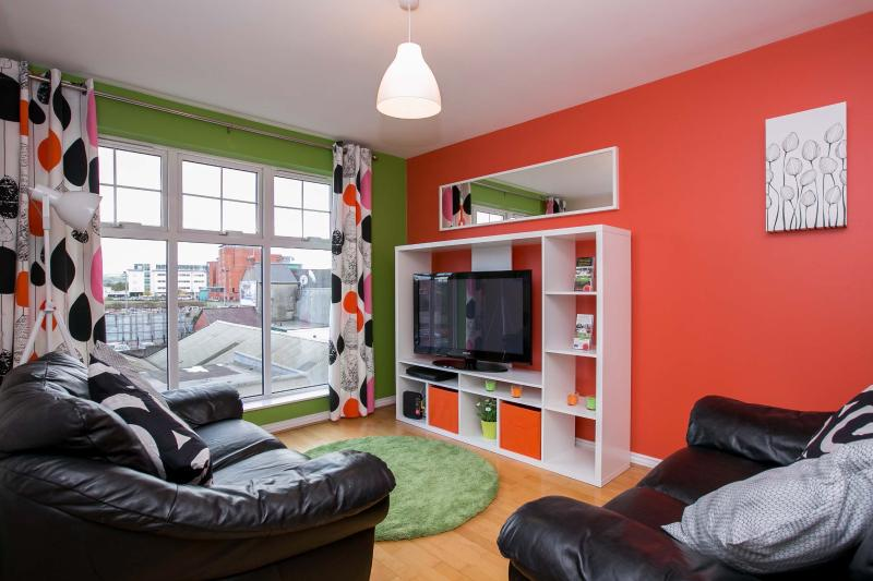 City Centre 2 Bed Apt parking WIFI great location, vacation rental in Belfast