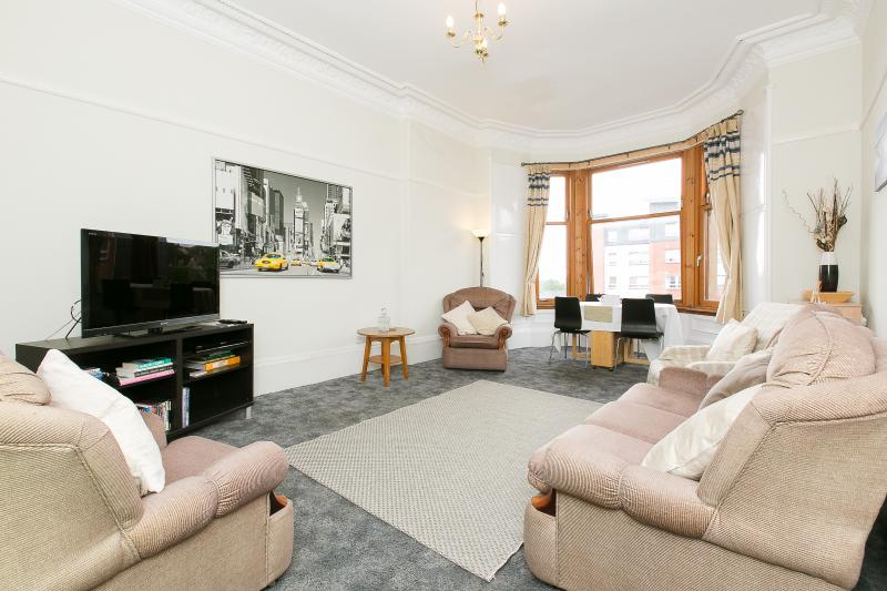 Spacious bright living room with 4 person dining table and HDTV with entertainment.