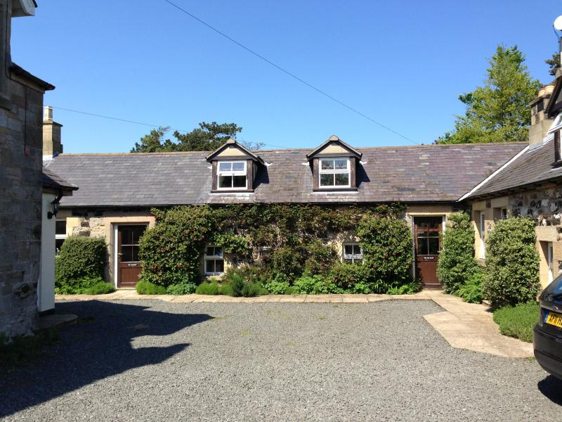 Rose Cottages - Stable, Old Barn & Hayloft, Ferienwohnung in Alnwick