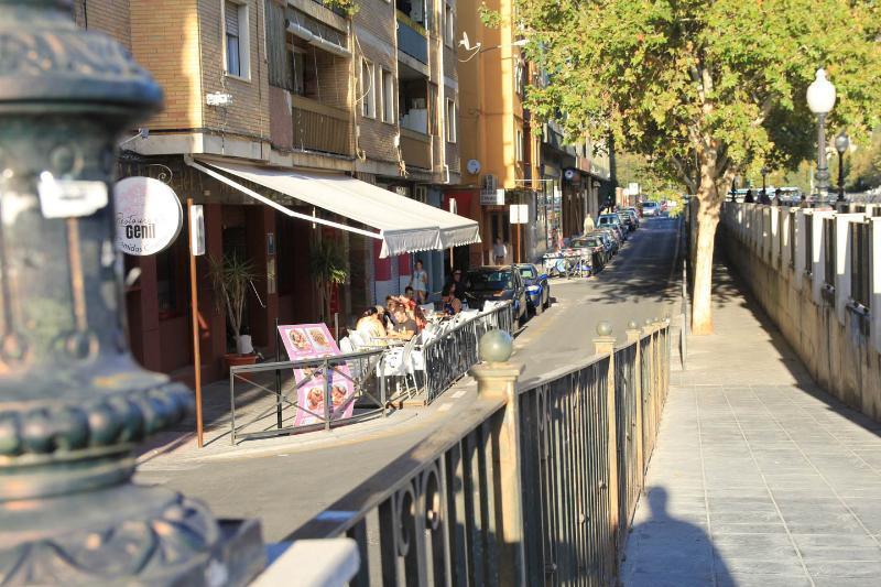 Terrazas y bares junto al río Genil, a 100 metros del apartamento