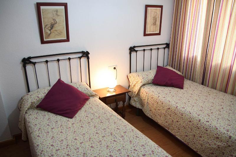 Dormitorio 2, con armario, mesita de noche y emisor térmico programable.